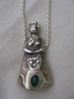 vrouw met kat en smaragd in zilver.JPG