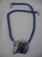hanger van lapis lazuli vervat in zilver aan ketting van lapis lazuli 0013.jpg
