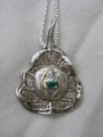 tulsiblad met smaragd in goud ingezet in zilver.JPG